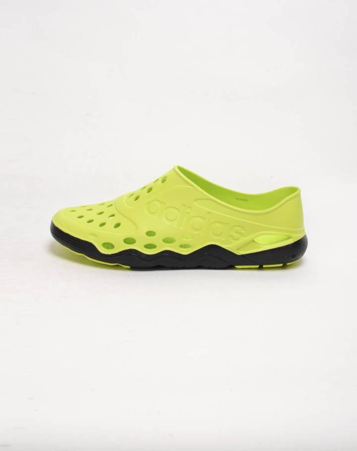 男子荧光绿凉鞋